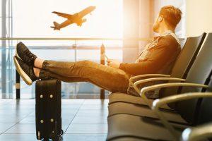 אדם יושב בשדה תעופה
