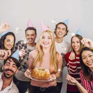 חברים חוגגים יום הולדת