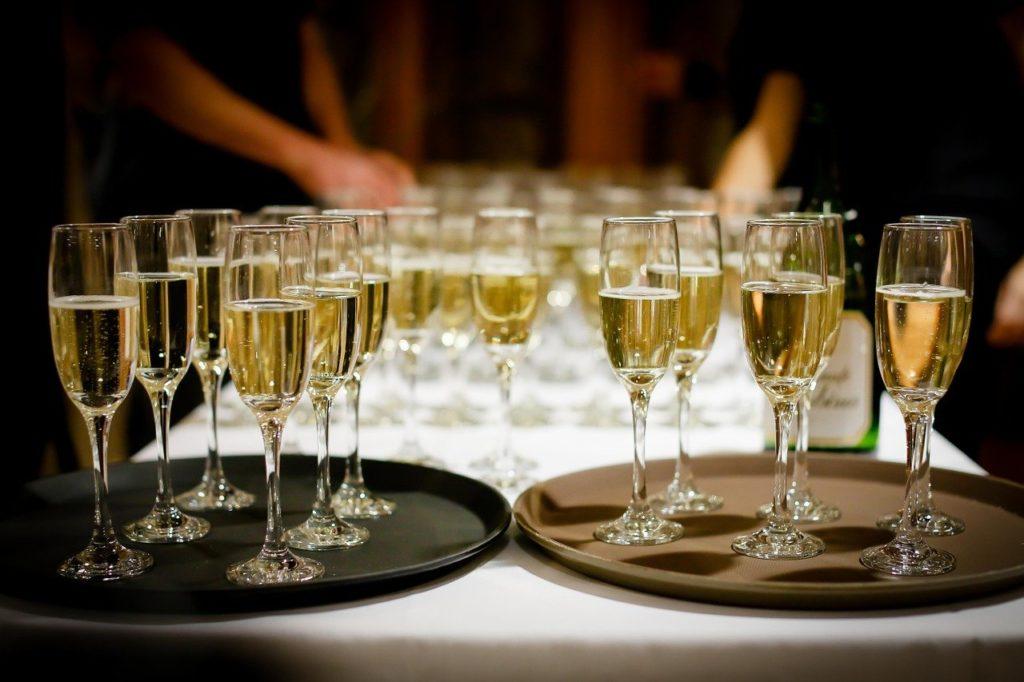 כוסות יין על מגשים