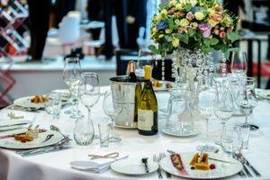 שולחן ערוך עם יין